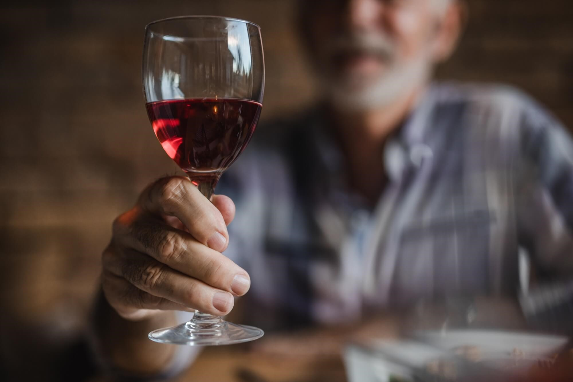 Compared with long-term abstinence from alcohol, limited alcohol consumption by older adults with incident heart failure is associated with a survival benefit.